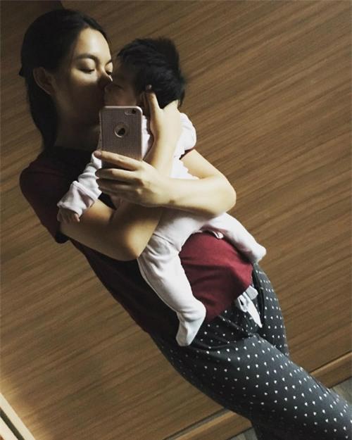 Phạm Quỳnh Anh ôm con gái nhỏ trong lòng và tâm sự: Trộm vía, ngày nào cũng được ở nhà chơi với cái cục này không cần làm gì hết có được không?.