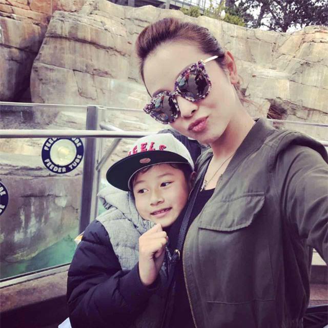 Jennifer Phạm đưa con trai đi chơi công viên nhân ngày nghỉ lễ. Người đẹp viết: Một ngày đại náo Seaworld với chàng trai của mẹ. Hai mẹ con mải chơi, suýt nữa là mẹ trễ chuyến bay luôn hihi.