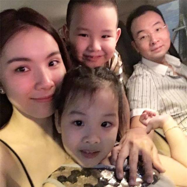Hoa hậu Thùy Lâm tái xuất trên facebook bằng bức ảnh sum vầy của gia đình nhỏ.