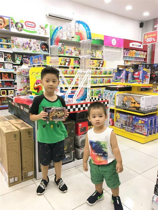 Nam ca sĩ Đăng Khôi dẫn 2 con trai đi mua đồ chơi trong ngày 1/6, anh viết: Tết thiếu nhi của Ken và Đăng Anh