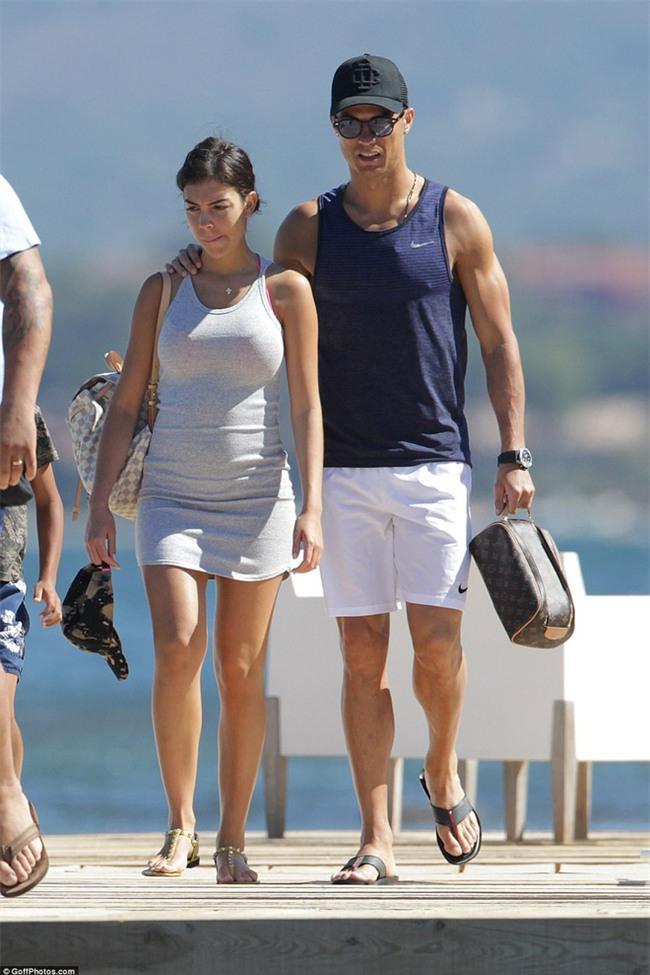 Ronaldo thuê du thuyền đưa bạn gái và con trai đi nghỉ mát - Ảnh 2.