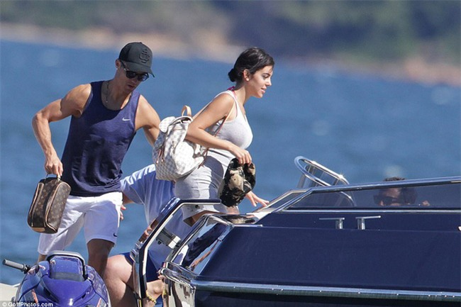 Ronaldo thuê du thuyền đưa bạn gái và con trai đi nghỉ mát - Ảnh 3.