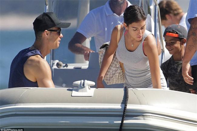 Ronaldo thuê du thuyền đưa bạn gái và con trai đi nghỉ mát - Ảnh 4.
