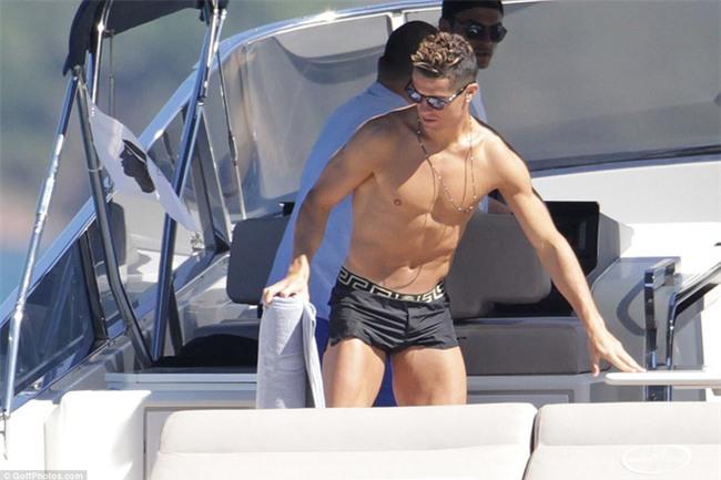 Ronaldo thuê du thuyền đưa bạn gái và con trai đi nghỉ mát - Ảnh 7.