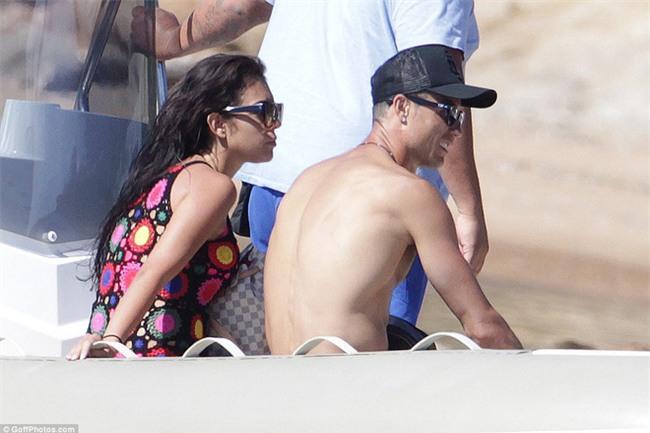 Ronaldo thuê du thuyền đưa bạn gái và con trai đi nghỉ mát - Ảnh 8.