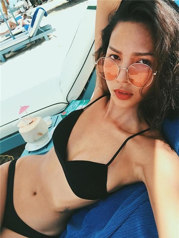 """Minh Triệu tự tin khoe vòng eo """"con kiến"""" qua bộ bikini truyền thống.   Làn da nâu đã góp phần cho sự quyến rũ của Minh Triệu.   Cô còn diện bikini một mảnh trong nhưng shoot hình ấn tượng."""