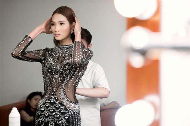 40 độ C, Hoàng Thùy vẫn bình thản mặc toàn áo lông để đọ style với Lan Khuê & Minh Tú - Ảnh 9.