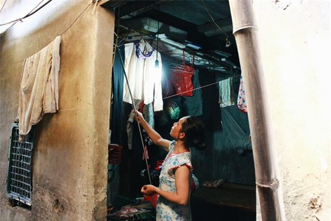 Phòng trọ ổ chuột hầm hập trong cái nóng thiêu đốt đến 40 độ C ở Hà Nội - Ảnh 7.