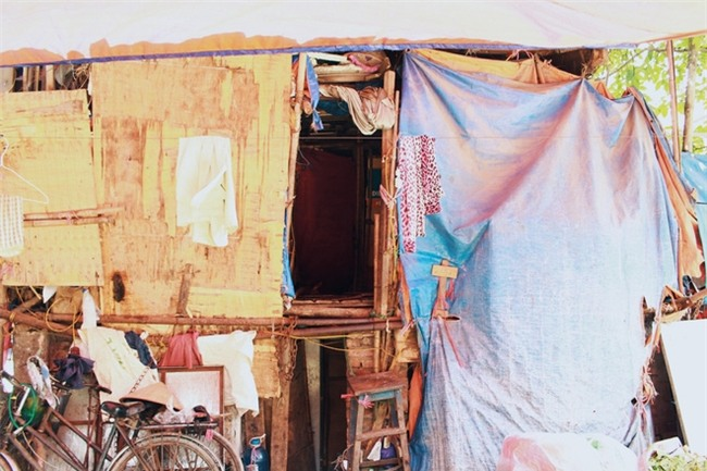 Phòng trọ ổ chuột hầm hập trong cái nóng thiêu đốt đến 40 độ C ở Hà Nội - Ảnh 8.