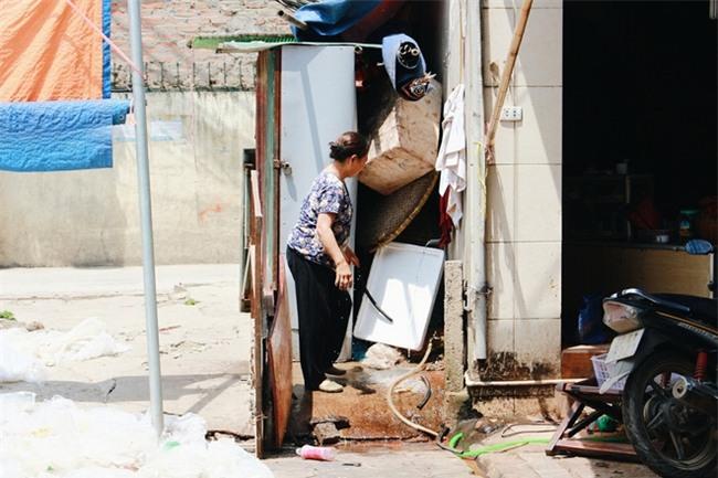Phòng trọ ổ chuột hầm hập trong cái nóng thiêu đốt đến 40 độ C ở Hà Nội - Ảnh 9.