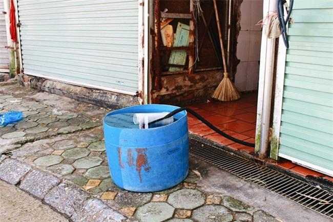 Phòng trọ ổ chuột hầm hập trong cái nóng thiêu đốt đến 40 độ C ở Hà Nội - Ảnh 12.