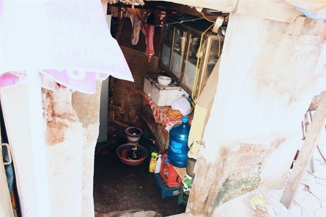 """Phòng trọ """"ổ chuột"""" hầm hập trong cái nóng thiêu đốt đến 40 độ C ở Hà Nội - Ảnh 2."""