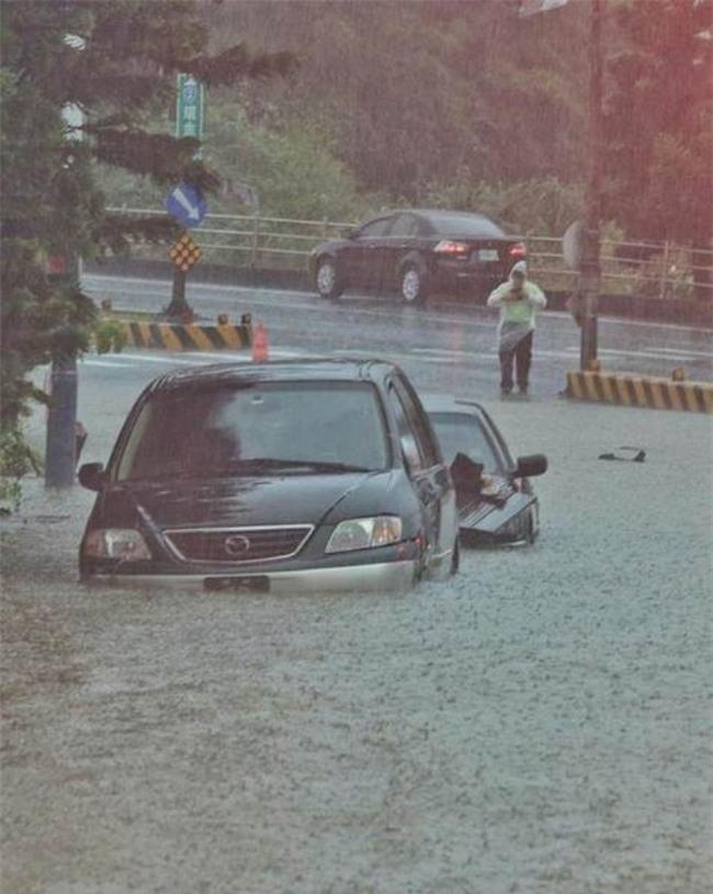 Người dân Đài Loan chật vật đối mặt với ngập úng khắp nơi bởi trận mưa lớn kỷ lục trong 17 năm qua - Ảnh 3.