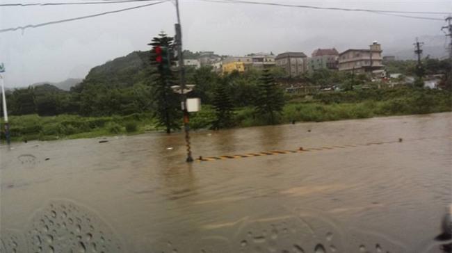 Người dân Đài Loan chật vật đối mặt với ngập úng khắp nơi bởi trận mưa lớn kỷ lục trong 17 năm qua - Ảnh 12.