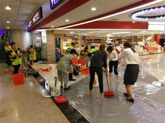 Người dân Đài Loan chật vật đối mặt với ngập úng khắp nơi bởi trận mưa lớn kỷ lục trong 17 năm qua - Ảnh 13.