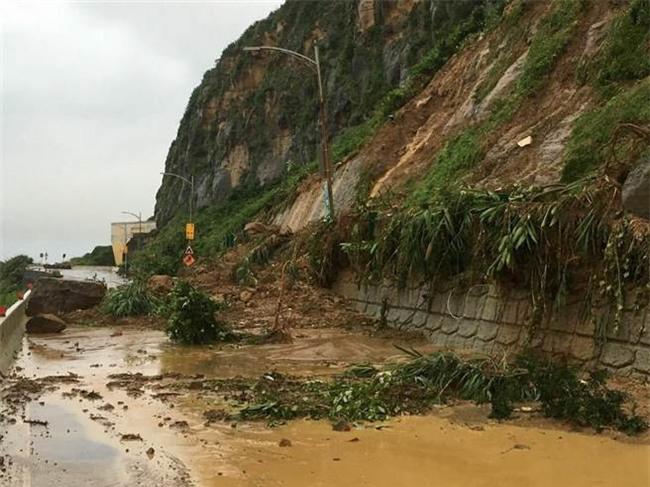 Người dân Đài Loan chật vật đối mặt với ngập úng khắp nơi bởi trận mưa lớn kỷ lục trong 17 năm qua - Ảnh 14.