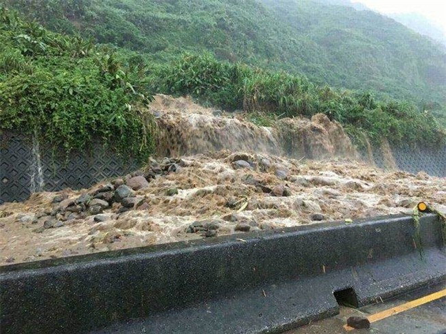 Người dân Đài Loan chật vật đối mặt với ngập úng khắp nơi bởi trận mưa lớn kỷ lục trong 17 năm qua - Ảnh 15.