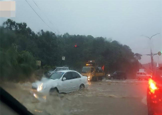 Người dân Đài Loan chật vật đối mặt với ngập úng khắp nơi bởi trận mưa lớn kỷ lục trong 17 năm qua - Ảnh 16.