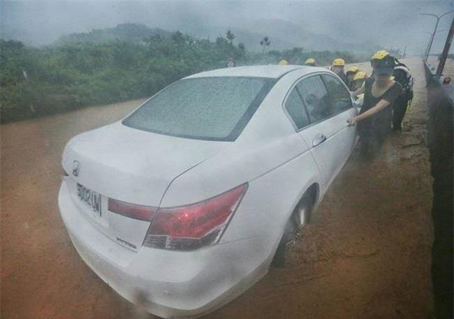 Người dân Đài Loan chật vật đối mặt với ngập úng khắp nơi bởi trận mưa lớn kỷ lục trong 17 năm qua - Ảnh 17.