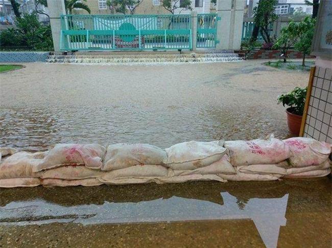 Người dân Đài Loan chật vật đối mặt với ngập úng khắp nơi bởi trận mưa lớn kỷ lục trong 17 năm qua - Ảnh 8.