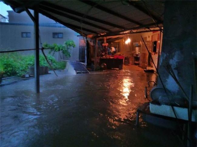 Người dân Đài Loan chật vật đối mặt với ngập úng khắp nơi bởi trận mưa lớn kỷ lục trong 17 năm qua - Ảnh 10.