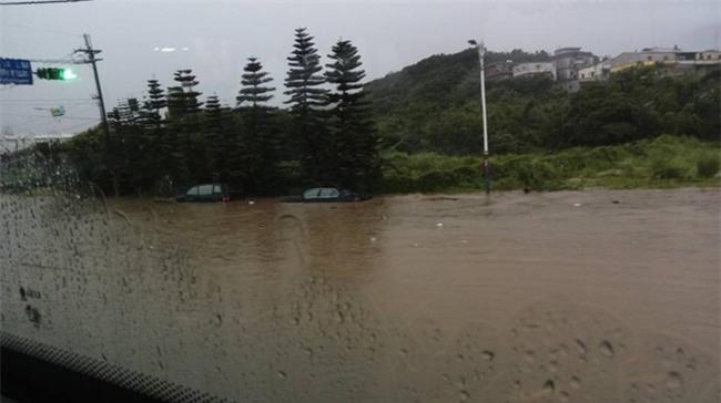 Người dân Đài Loan chật vật đối mặt với ngập úng khắp nơi bởi trận mưa lớn kỷ lục trong 17 năm qua - Ảnh 11.