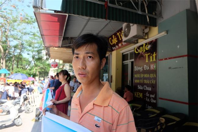 Giữa nắng nóng 41 độ, hàng trăm người dân chung cư VP3 Linh Đàm tập trung đòi cấp nước sạch - Ảnh 1.