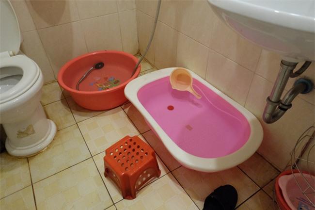 Giữa nắng nóng 41 độ, hàng trăm người dân chung cư VP3 Linh Đàm tập trung đòi cấp nước sạch - Ảnh 2.