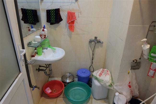 Giữa nắng nóng 41 độ, hàng trăm người dân chung cư VP3 Linh Đàm tập trung đòi cấp nước sạch - Ảnh 3.
