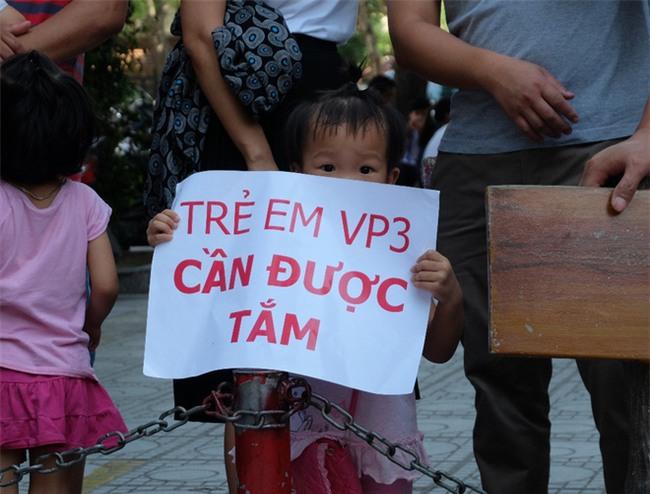 Giữa nắng nóng 41 độ, hàng trăm người dân chung cư VP3 Linh Đàm tập trung đòi cấp nước sạch - Ảnh 8.
