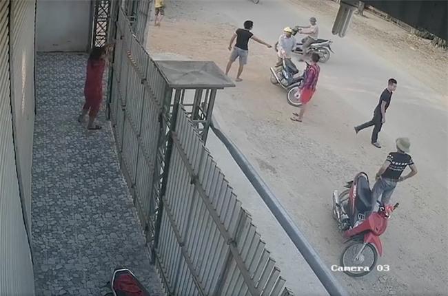 Video nhóm côn đồ xông vào đánh đập người phụ nữ nằm lê lết dưới nền nhà - Ảnh 3.