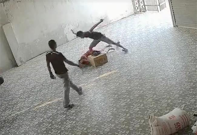 Video nhóm côn đồ xông vào đánh đập người phụ nữ nằm lê lết dưới nền nhà - Ảnh 4.