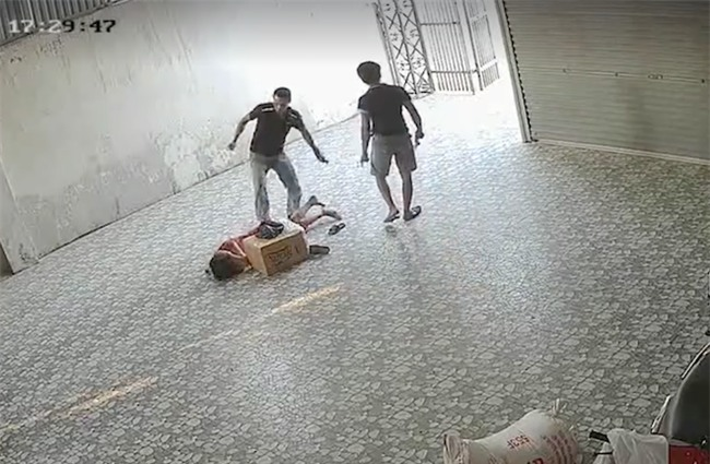Video nhóm côn đồ xông vào đánh đập người phụ nữ nằm lê lết dưới nền nhà - Ảnh 5.