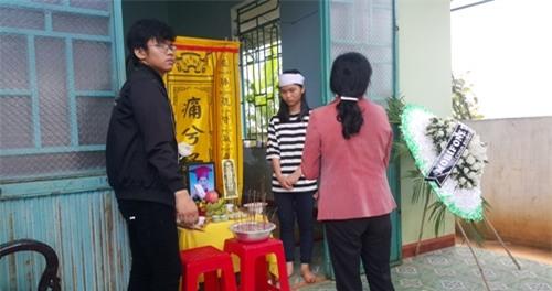 Đám tang 4 học sinh đuối nước ở Gia Lai: Bố còn nợ con một buổi đi chơi - Ảnh 2.