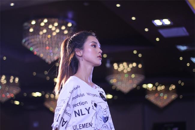 Cô gái trẻ gây choáng khi diện áo khoác lông, bất chấp Hà Nội 40 độ C - Ảnh 4.
