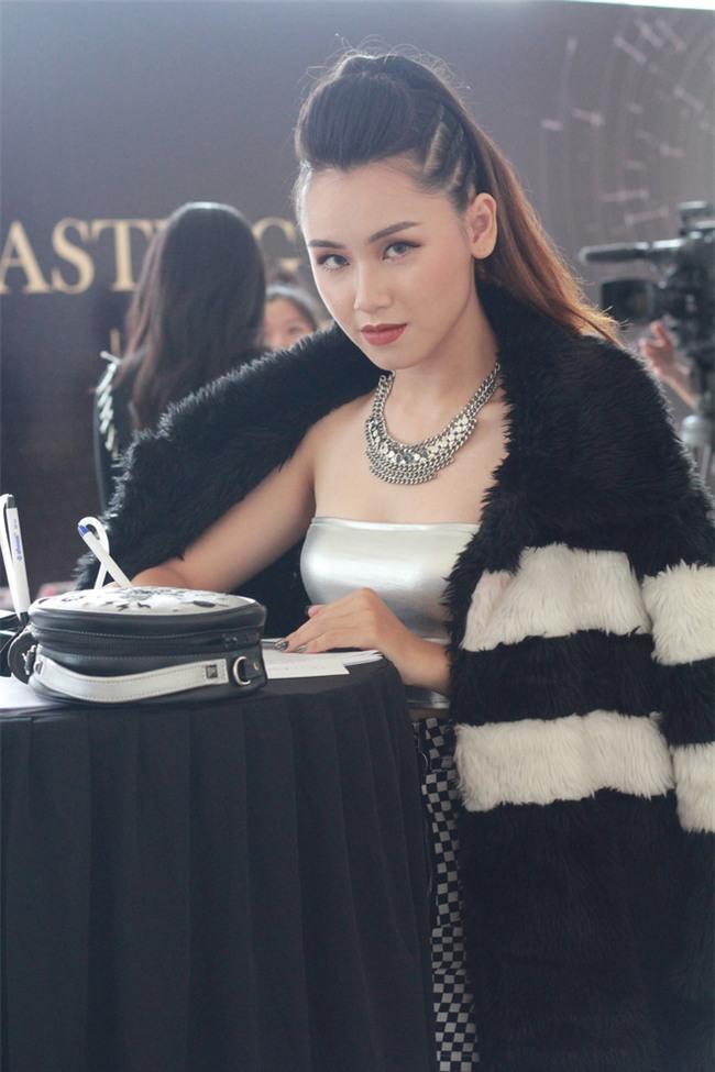 Cô gái trẻ gây choáng khi diện áo khoác lông, bất chấp Hà Nội 40 độ C - Ảnh 6.