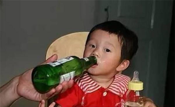 Trẻ uống bia, dù chỉ là 1 ngụm nhỏ, sức khỏe cũng có thể bị tàn phá khủng khiếp - Ảnh 2.