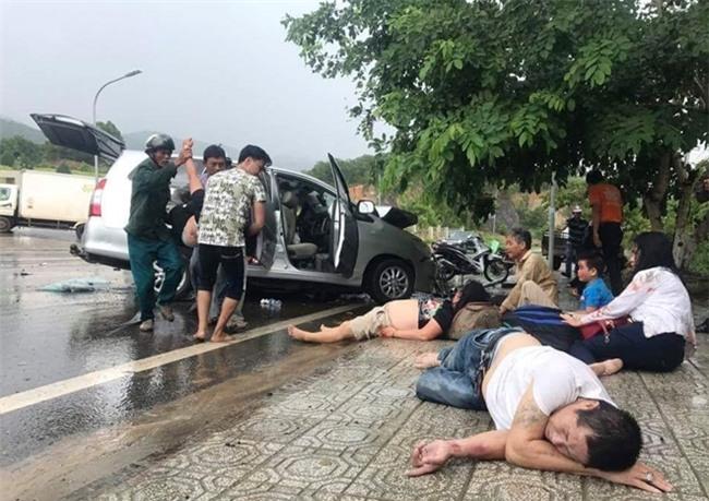 Hai xe du lịch đối đầu trên QL20, 9 người bị thương - Ảnh 1.