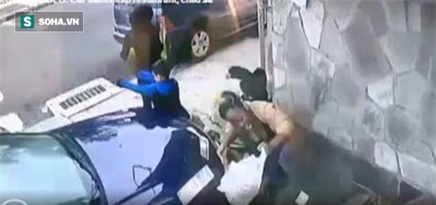 Clip: Khoảnh khắc đáng sợ khi người phụ nữ xả thân cứu mạng một đứa trẻ - Ảnh 2.