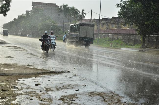 Hà Nội đã có cơn mưa giải nhiệt đầu tiên sau đợt nắng nóng kỷ lục suốt 5 ngày qua - Ảnh 7.