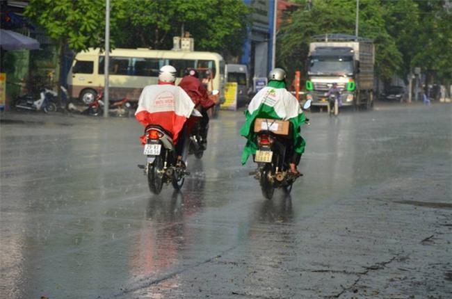 Hà Nội đã có cơn mưa giải nhiệt đầu tiên sau đợt nắng nóng kỷ lục suốt 5 ngày qua - Ảnh 8.