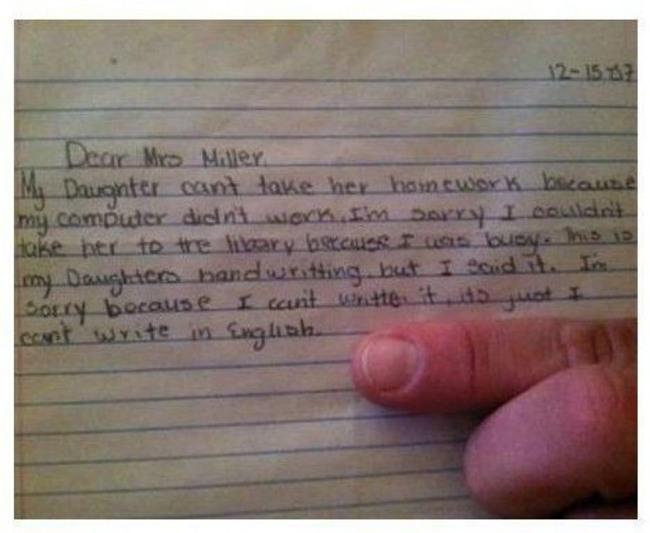 """""""Con gái tôi viết nhưng thực ra là tôi đọc đó"""".  (""""Bà mẹ"""" của năm đây rồi! Phải nói thể này chứ không cô lại tưởng con tự viết thì khổ)."""