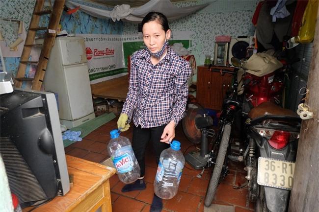 Bi hài cảnh mất nước sạch ngày Hà Nội nóng đỉnh điểm: Cả nhà 4 người chờ đủ 4 lần đi vệ sinh mới dám xả nước - Ảnh 1.