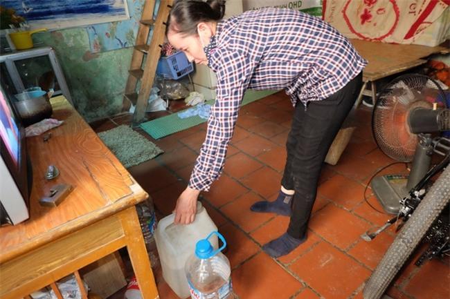 Bi hài cảnh mất nước sạch ngày Hà Nội nóng đỉnh điểm: Cả nhà 4 người chờ đủ 4 lần đi vệ sinh mới dám xả nước - Ảnh 2.