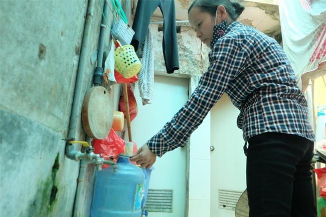 Bi hài cảnh mất nước sạch ngày Hà Nội nóng đỉnh điểm: Cả nhà 4 người chờ đủ 4 lần đi vệ sinh mới dám xả nước - Ảnh 3.