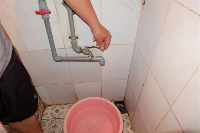 Bi hài cảnh mất nước sạch ngày Hà Nội nóng đỉnh điểm: Cả nhà 4 người chờ đủ 4 lần đi vệ sinh mới dám xả nước - Ảnh 5.