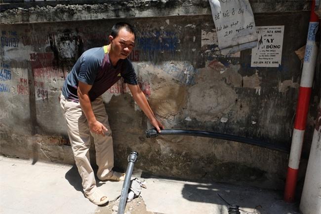 Bi hài cảnh mất nước sạch ngày Hà Nội nóng đỉnh điểm: Cả nhà 4 người chờ đủ 4 lần đi vệ sinh mới dám xả nước - Ảnh 7.