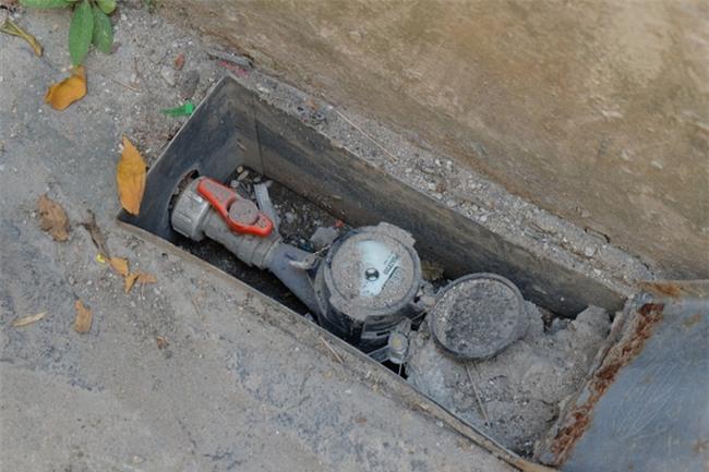 Bi hài cảnh mất nước sạch ngày Hà Nội nóng đỉnh điểm: Cả nhà 4 người chờ đủ 4 lần đi vệ sinh mới dám xả nước - Ảnh 8.