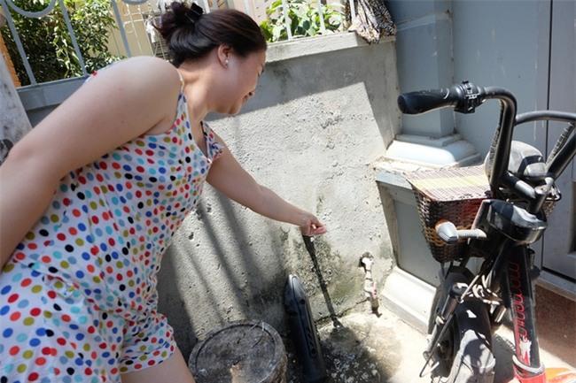Bi hài cảnh mất nước sạch ngày Hà Nội nóng đỉnh điểm: Cả nhà 4 người chờ đủ 4 lần đi vệ sinh mới dám xả nước - Ảnh 9.
