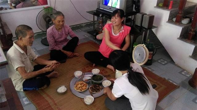 Gia đình ông Phùng Văn Lự ăn cơm trưa. Ảnh: Ngọc Thi